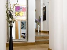 Зеркало в широком деревянном багете для Вашей прихожей